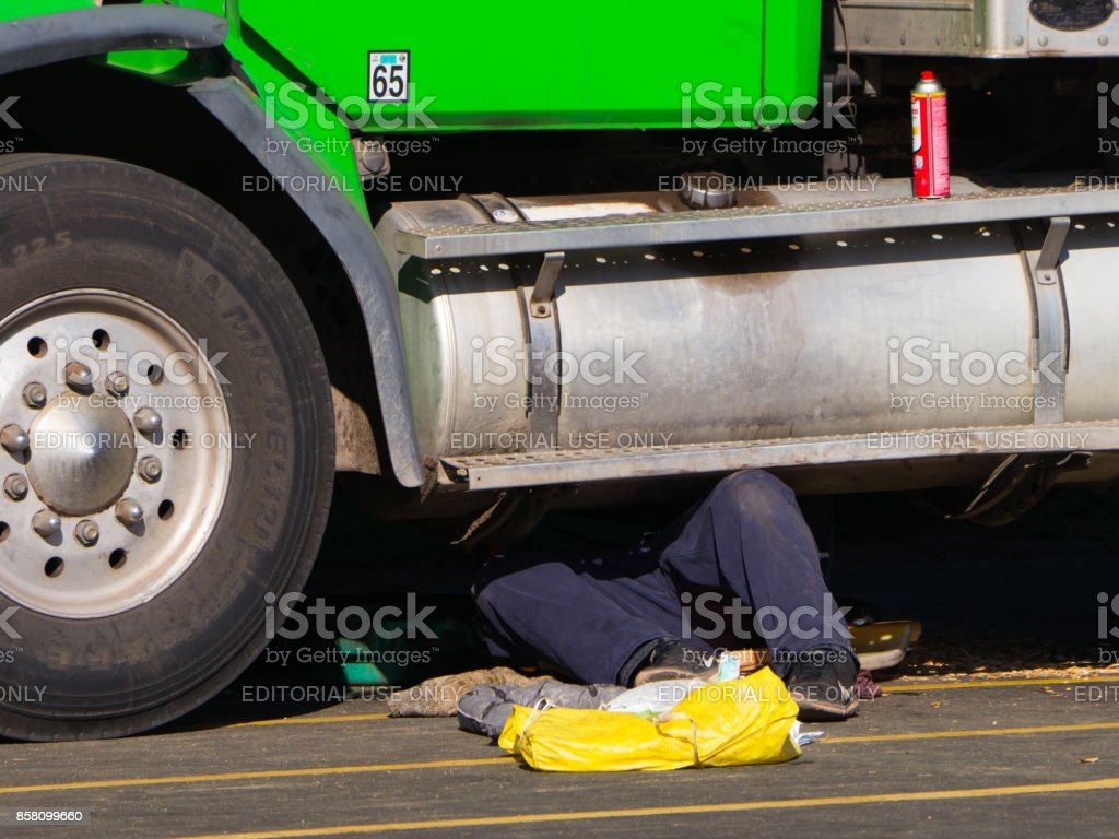 Man is fixing a truck. - foto stock