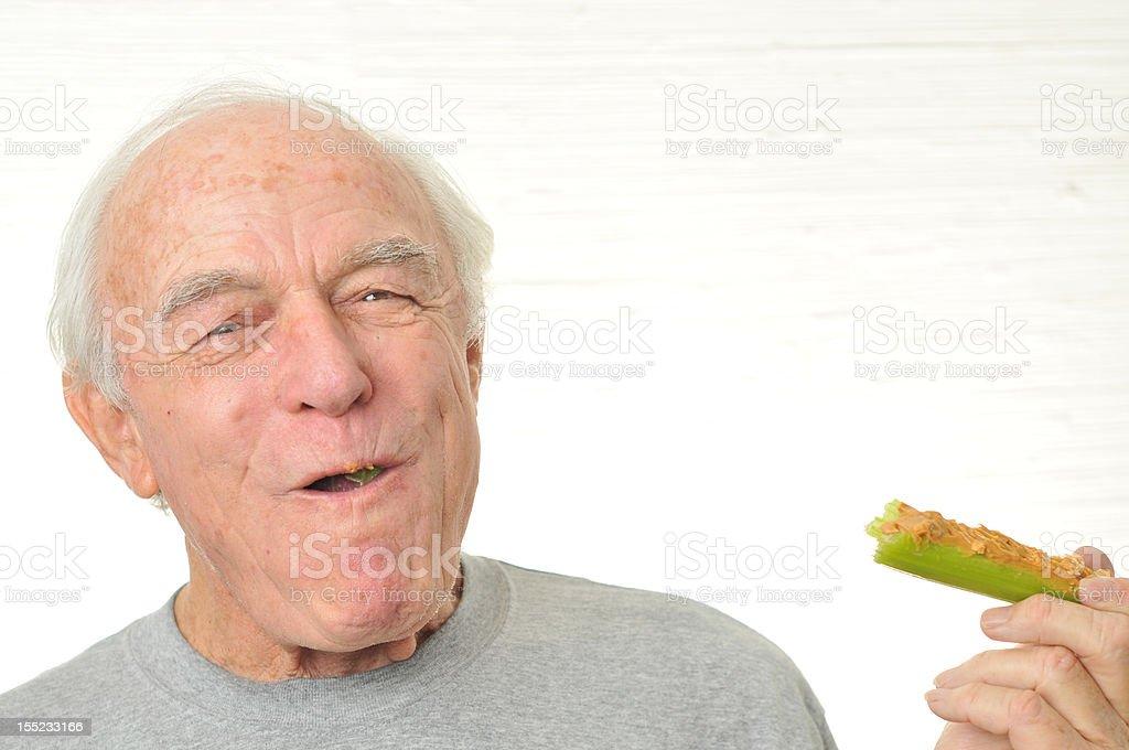 Mann glücklich Essen Sellerie und peanutbutter – Foto