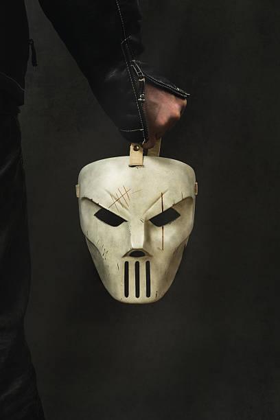 mann hält eine gruselige maske - freitag der 13 stock-fotos und bilder