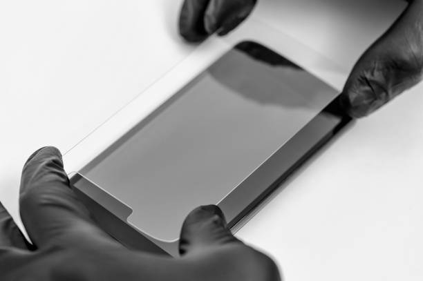 Ein Mann hält ein Schützenglas eines Smartphones in der Hand. – Foto