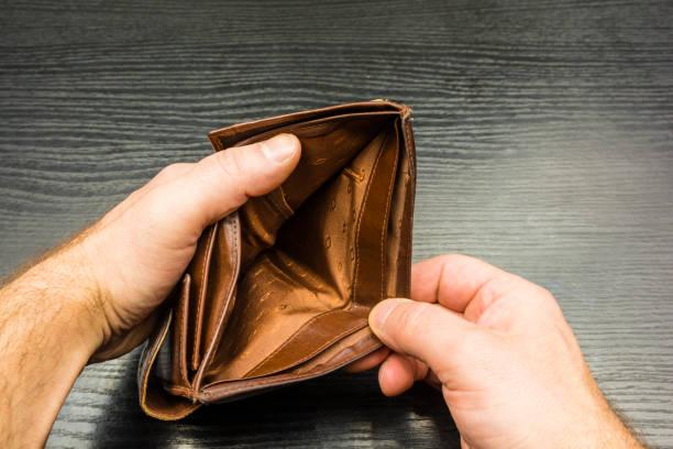 Bir adam bir boş cüzdan tutuyor. stok fotoğrafı
