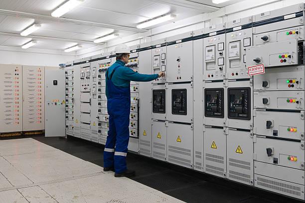 mann in elektrische energie vertrieb substation - steuerungstechnik stock-fotos und bilder