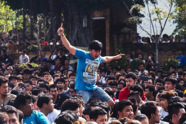ein mann ist in trance auf der wai kru festival am wat bang phra - buddhist tattoos stock-fotos und bilder