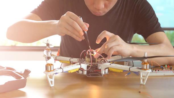 Der Mensch macht DIY-Drohne – Foto