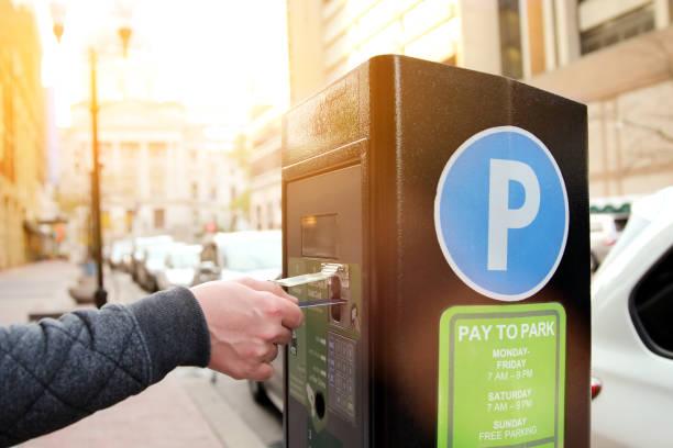 Man zahlt seine Parken mit Kreditkarte am Parkplatz Pay-Station terminal – Foto