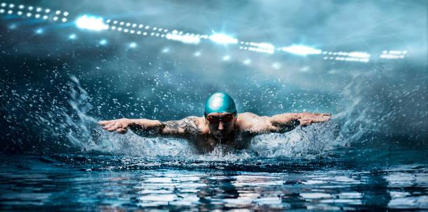 el hombre está nadando pecho. concepto de deportes acuáticos. - natación fotografías e imágenes de stock