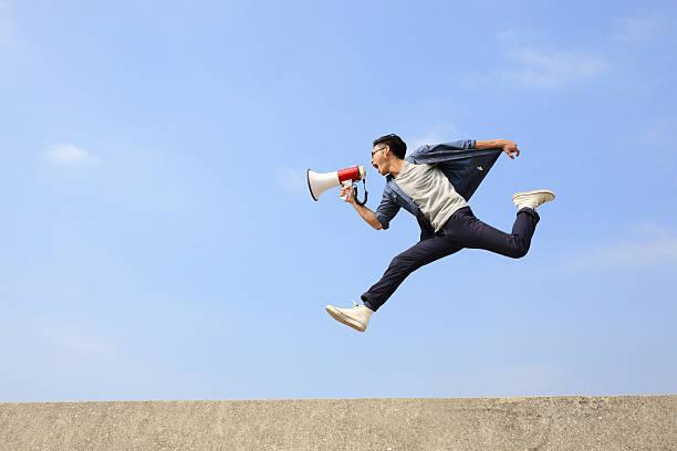 mann springen und shout megafon  - boxen live stock-fotos und bilder