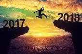 男は2017と2018年の間にジャンプします。