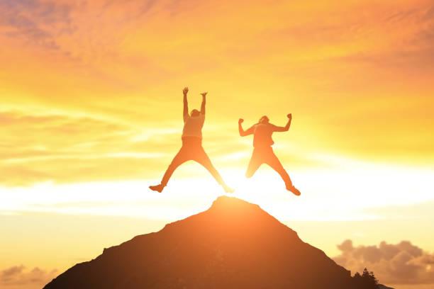 Mann springt in Berg – Foto