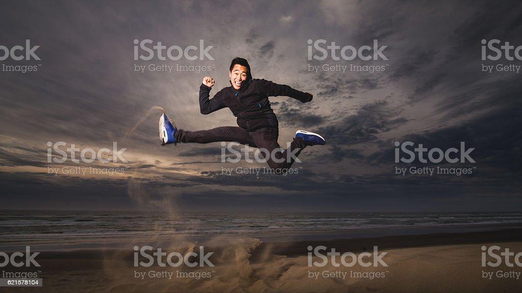 Man Jumping at beach. photo libre de droits