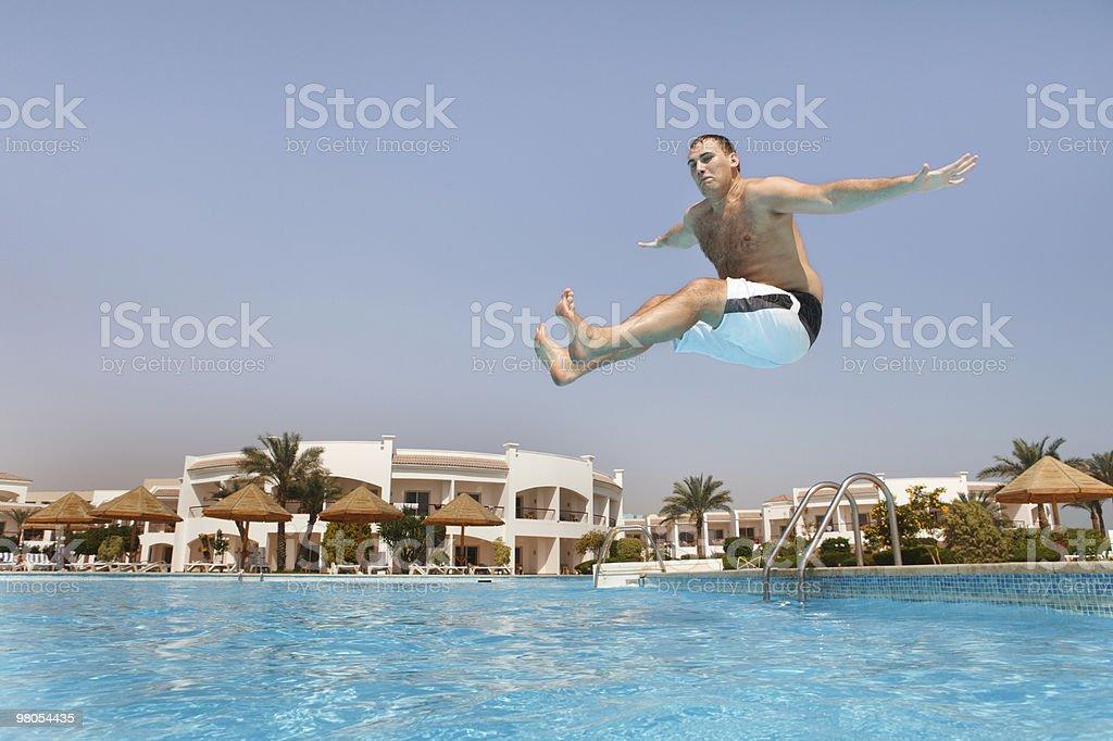 Uomo saltando in piscina foto stock royalty-free