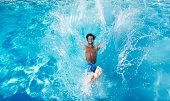 Man スイミングプールに飛び込む