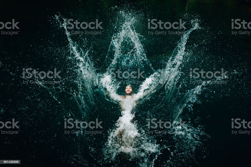 Mann, springen in das Wasser – Foto