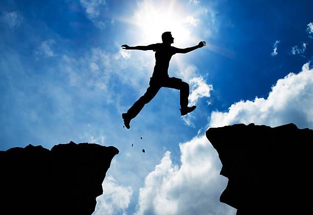 Mann springt über die Berge – Foto