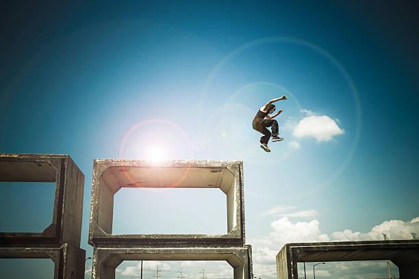 mann springen - parkour stock-fotos und bilder