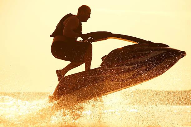 Mann springt auf dem jetski – Foto