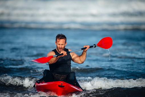 Foto de Man Kayaking In The Sea e mais fotos de stock de 30 Anos