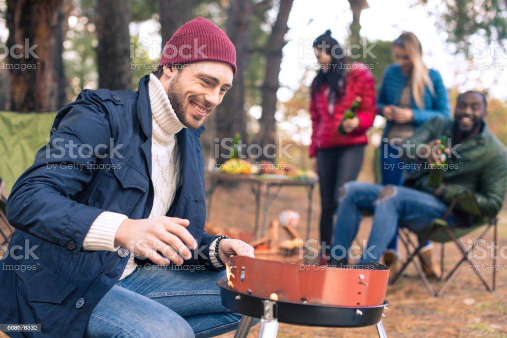 Homme, allumage de feu sur le gril - Photo