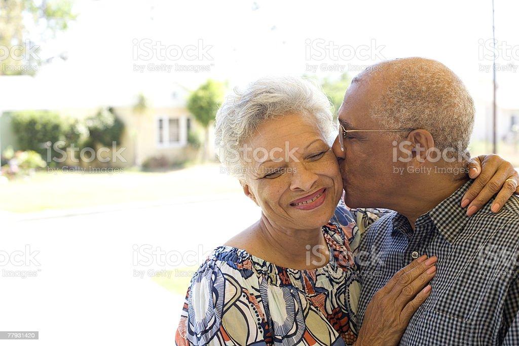 Homme Embrasser Femme sur la joue à l'extérieur - Photo