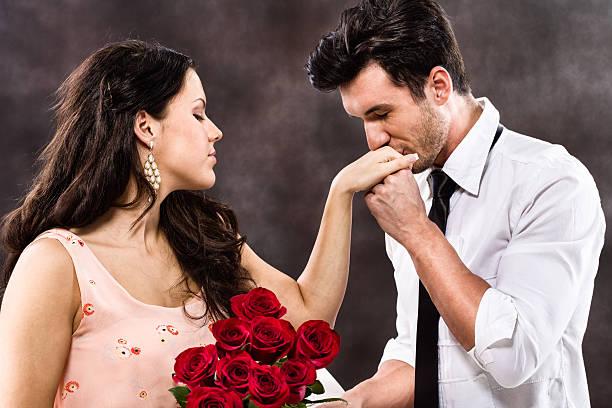 Hombre Besando a la mujer de la mano - foto de stock