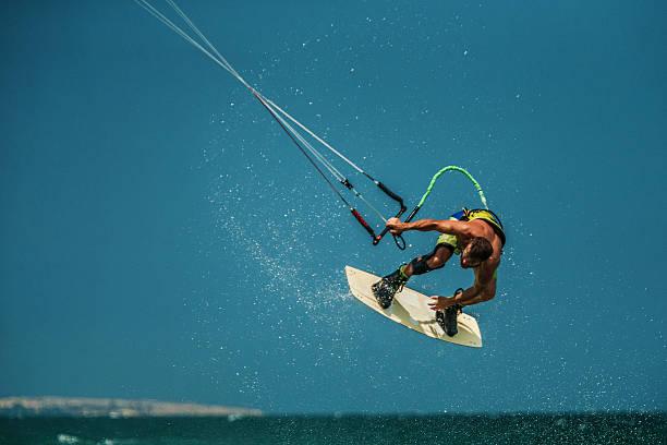 Hombre de kitesurf en mar azul - foto de stock