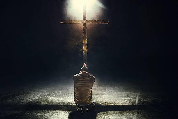 homme agenouillé avant la croix - jesus croix photos et images de collection