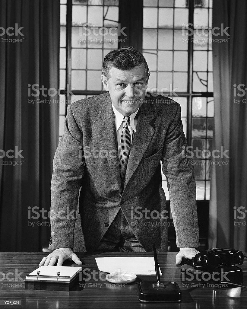 Hombre apoyarse en escritorio foto de stock libre de derechos