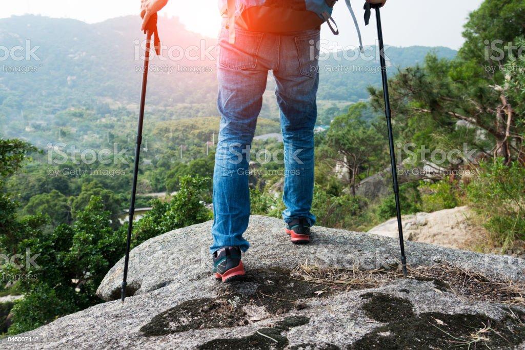 Mann Beine am Rand einer Klippe Lizenzfreies stock-foto