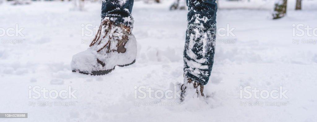 Piernas de hombre botas en la nieve — Foto de stock