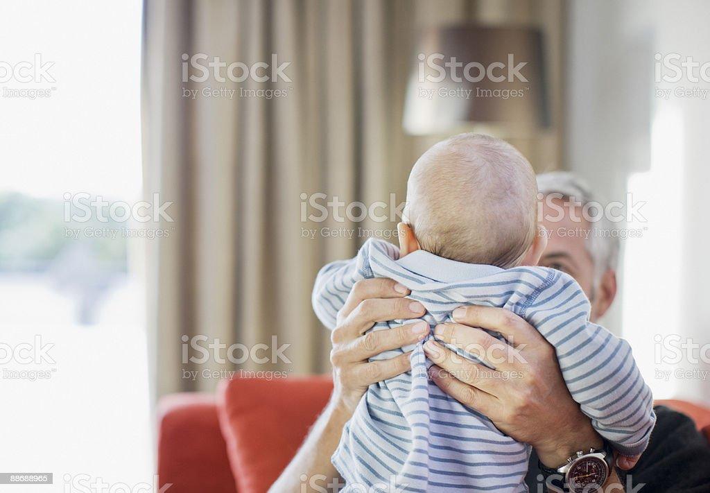Homme levant bébé photo libre de droits