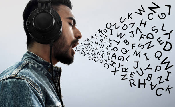 mann musik hören - one song training stock-fotos und bilder