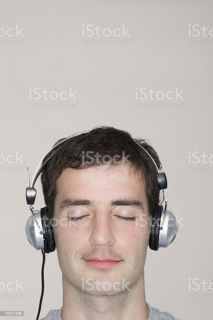 남자 음악 듣기 royalty-free 스톡 사진