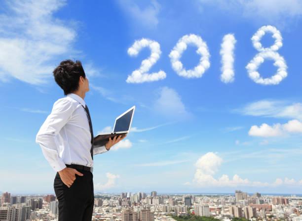 man blick auf 2018 jahr - chinesischer kalender stock-fotos und bilder