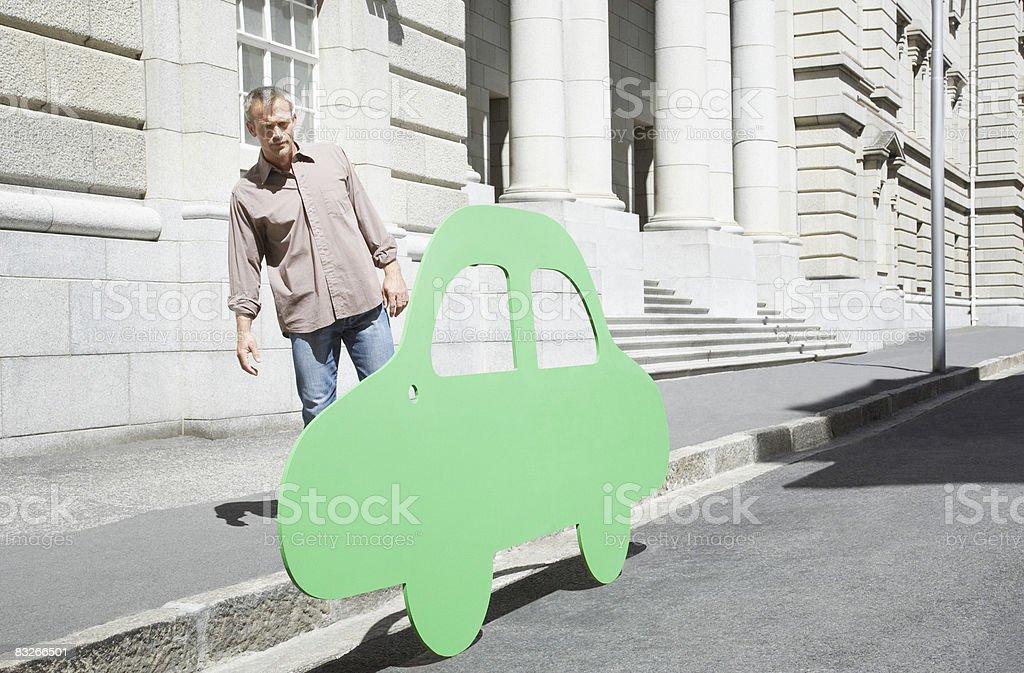 男性カットアウトで車で都会のストリート ロイヤリティフリーストックフォト