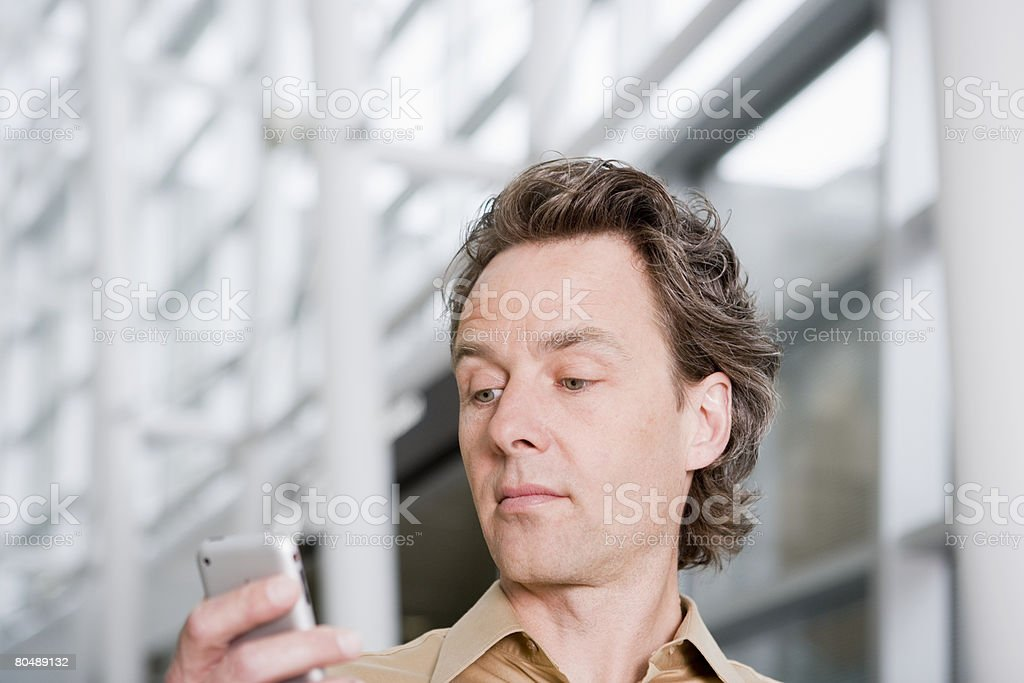 Man looking at cell phone 免版稅 stock photo