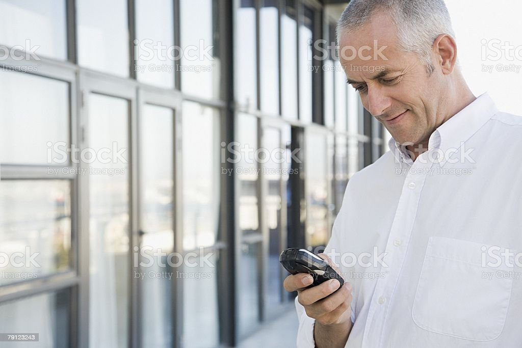 Man 루킹 시 휴대폰 royalty-free 스톡 사진