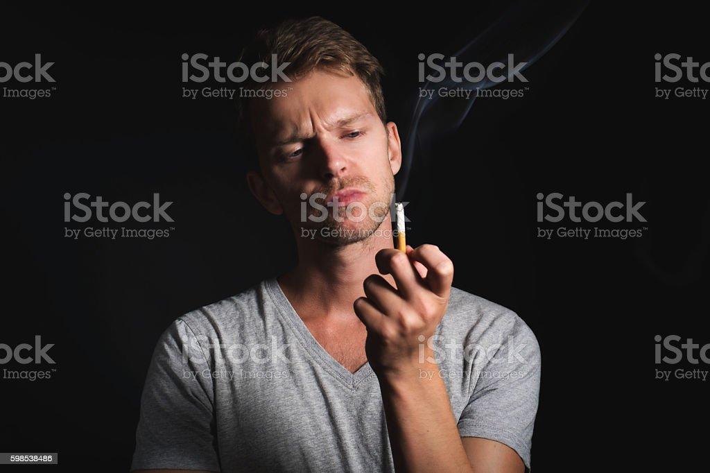 Homme regardant de cigarette photo libre de droits