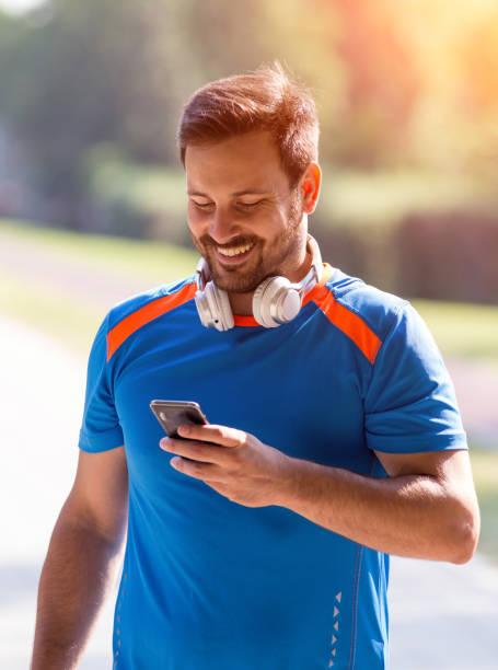 Mann sucht bei Mobile nach dem Joggen – Foto