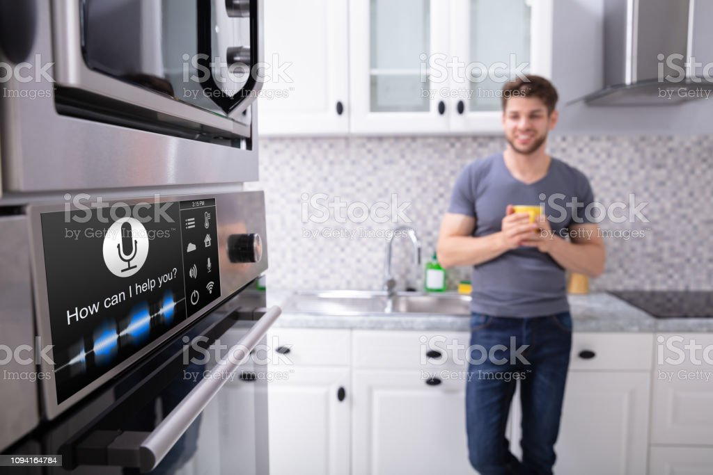 Man Looking At Ofen mit Spracherkennung - Lizenzfrei Ausrüstung und Geräte Stock-Foto