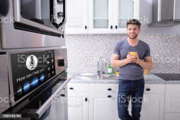 Man Looking At Ofen Mit Spracherkennung Stockfoto und mehr Bilder von Ausrüstung und Geräte