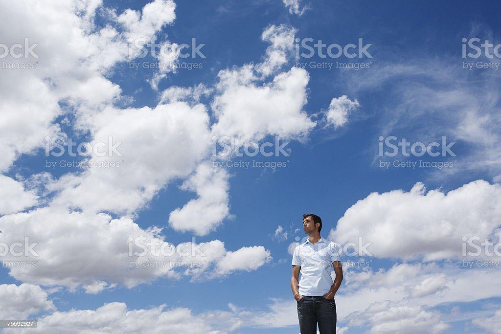 Homem olhando para as Nuvens e o céu foto de stock royalty-free