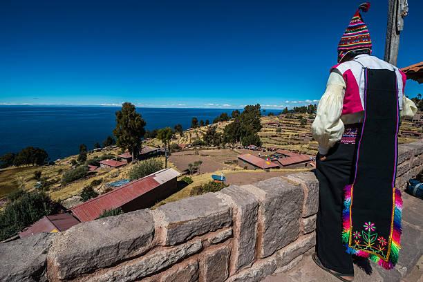 男性にも、ペルーのアンデス山脈、プーノペルー - タキーレ島 ストックフォトと画像
