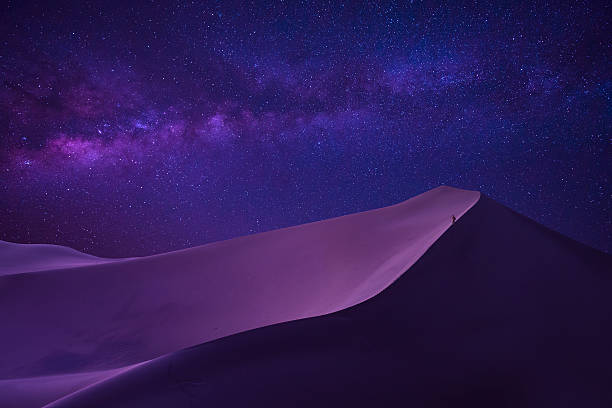 man looking milky way in desert - 沙漠 個照片及圖片檔