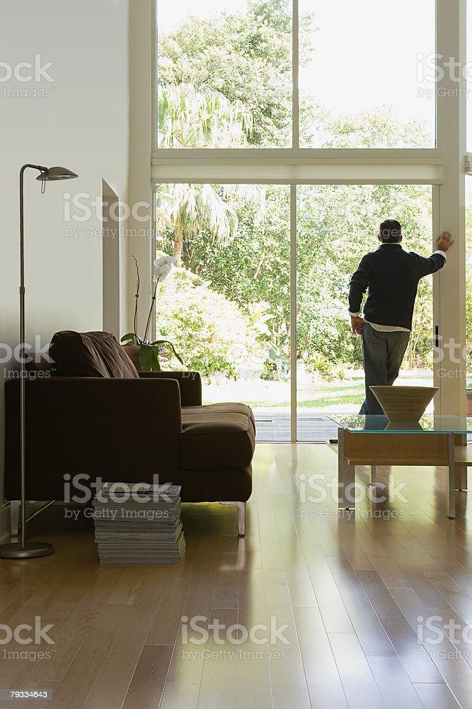 Homem olhando para fora da janela foto de stock royalty-free