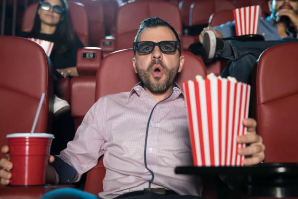 Homme recherche surpris au cinéma - Photo