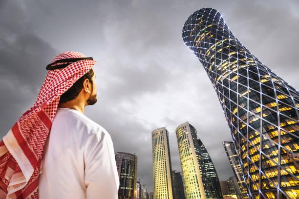 homme à la recherche de l'horizon de doha au qatar - qatar photos et images de collection