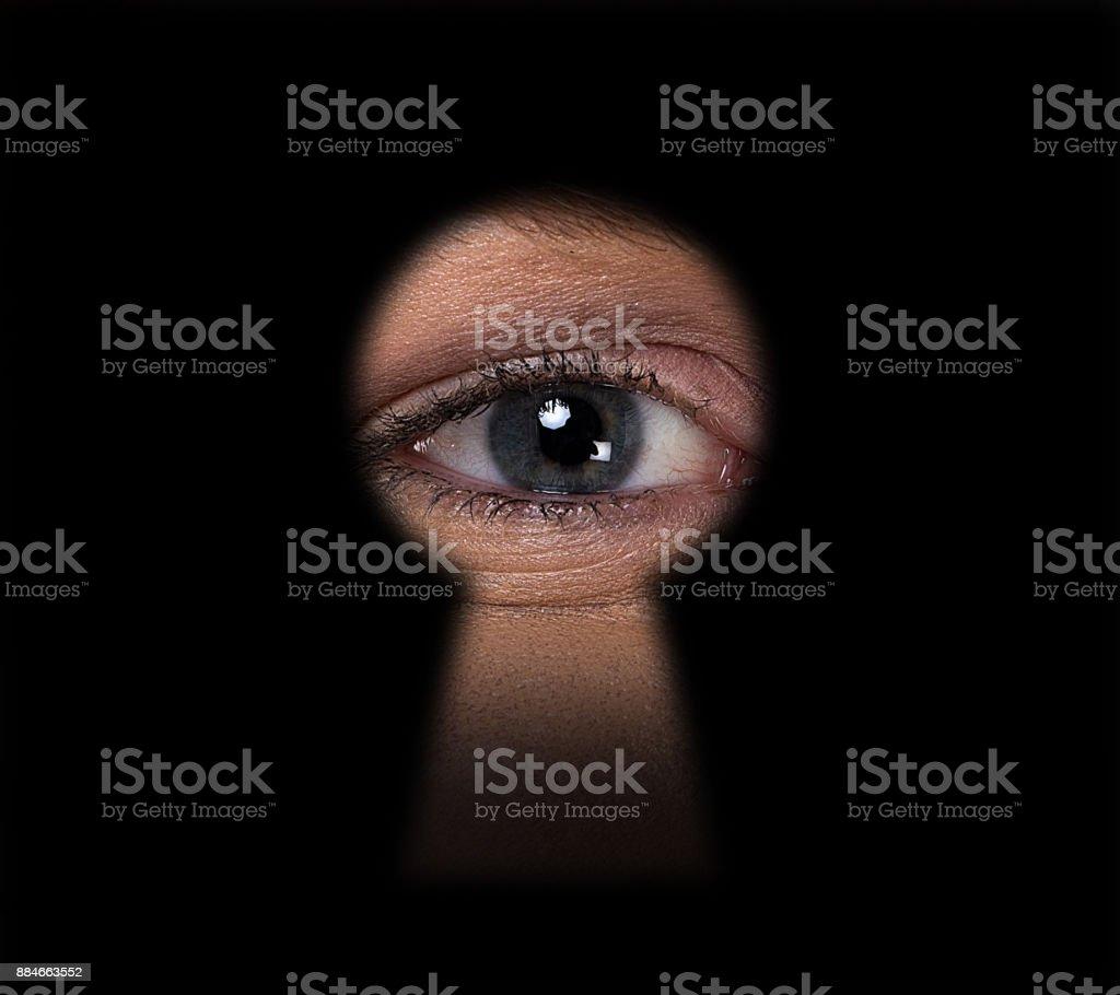 Mann, Blick durchs Schlüsselloch - – Foto