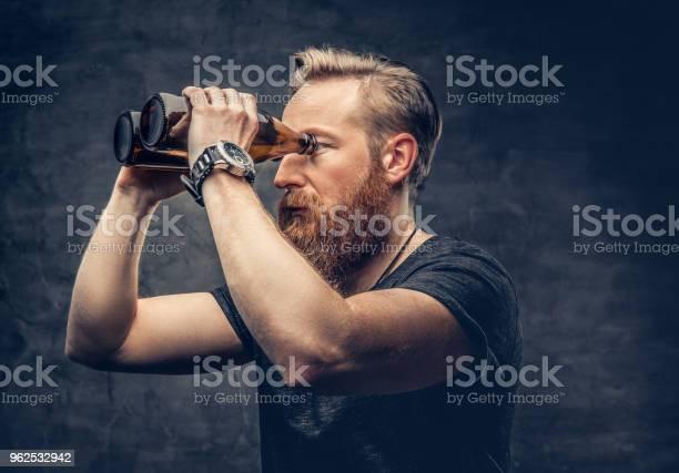 Foto de Um Homem Olhando Através De Garrafas De Cerveja e mais fotos de stock de Alcoolismo