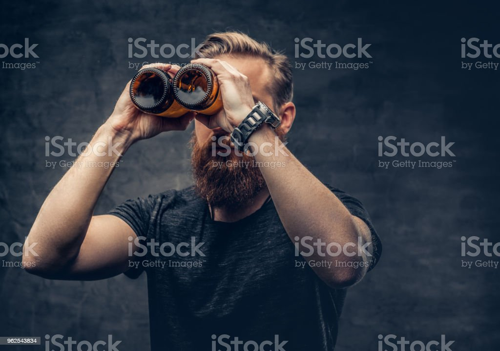 A man looking throught beer bottles. - Royalty-free Alcohol Stock Photo