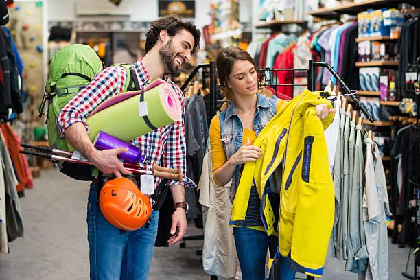 Mann auf der Suche nach Jacke und outdoor-Ausrüstung – Foto